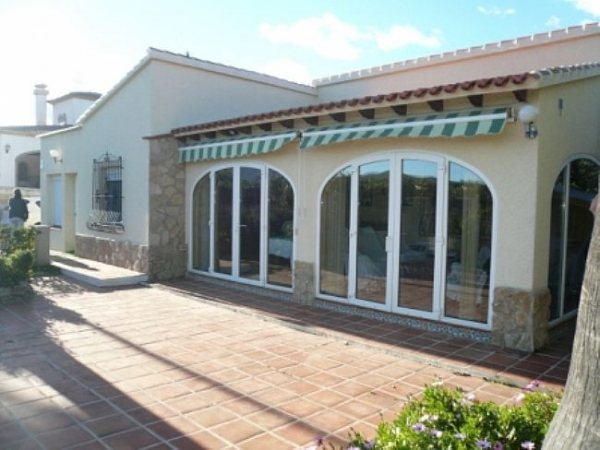 V11 Villa For Sale in Ondara with 4 Bedrooms - Photo
