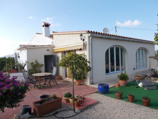 V40 Villa For Sale in Pedreguer with 3 Bedrooms - Photo
