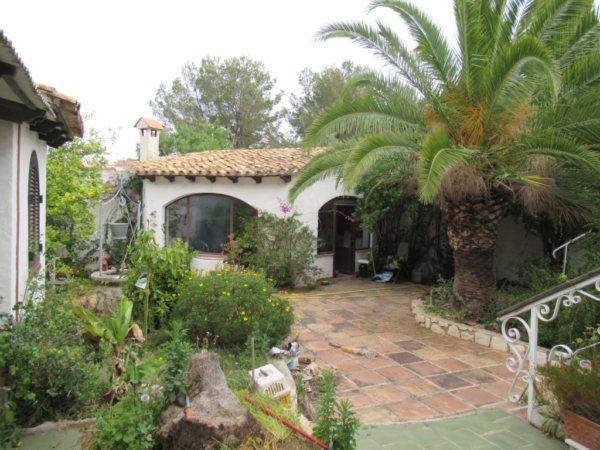 V25 Villa for sale in Denia with 3 bedrooms to renovate in Alicante, Spain. - Photo