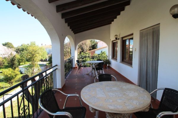 X-8867 Villa in Dénia with 3 Bedrooms - Photo